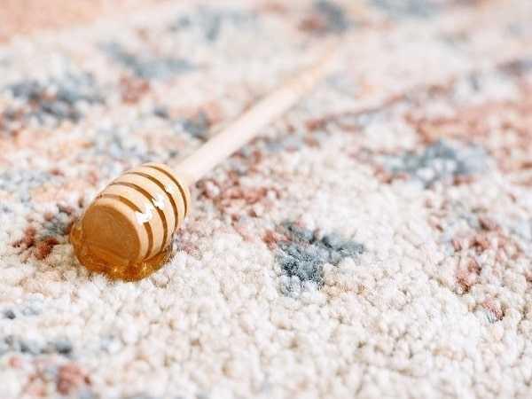 وجود اجزای چسبناک سبب جذب آلودگی و نیاز به شستن فرش میشود