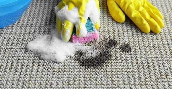 تمیز کردن فرش با استفاده از محلول آب و صابون برای از بین بردن لکه چربی