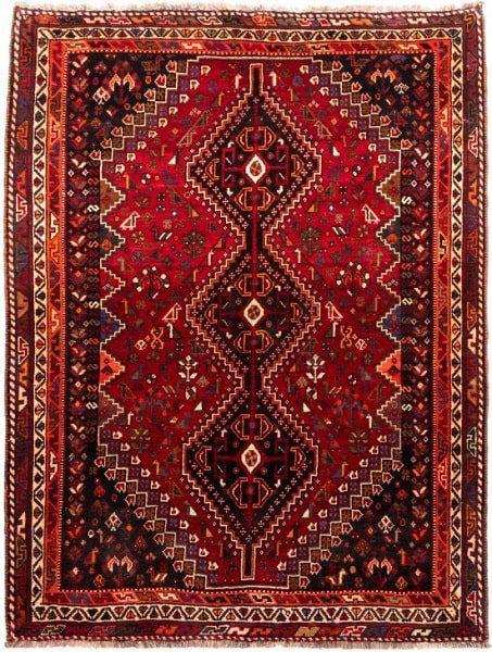 وجود رنگهای زنده قرمز و نارنجی ویژگی مدلهای فرش شیرازی