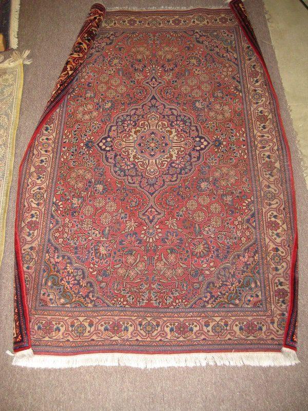 نقص در بافت فرش در حاشیه فرش و در الیاف آن میتواند کیسی فرش به وجود بیاورد