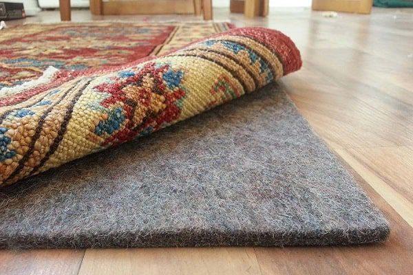 استفاده از پد فرش برای جلوگیری از سر خوردن فرش بر روی کفپوش