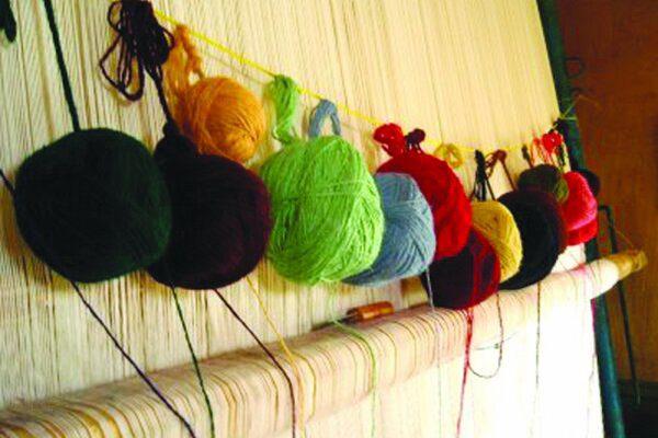 در بافت فرش دستباف از رنگهای کاملا طبیعی استفاده میشود.